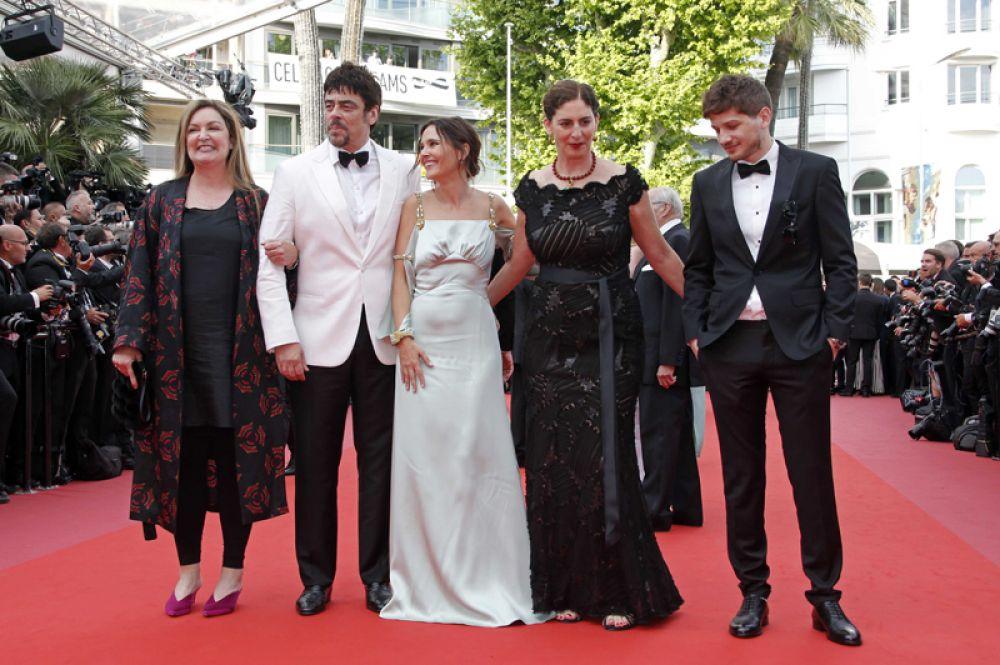 Председатель жюри конкурса «Особый взгляд» актер Бенисио дель Торо (второй слева) и другие члены жюри. Крайний справа — российский режиссер Кантемир Балагов.