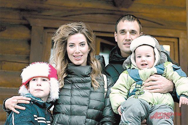 «Залог успешного движения вперёд - крепкий тыл: муж и дети», - уверена Марьяна. Третьего ребёнка родители снимать не дали: совсем маленький ещё.