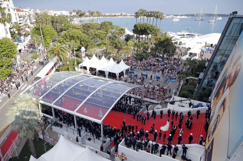 Красная дорожка перед Гранд-театром Люмьер, где проходит церемония открытия.