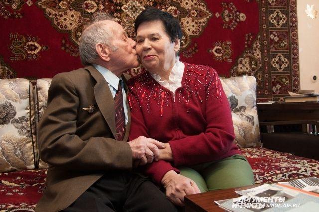 Семейные пары со стажем брака в 50 и более лет чествуют на протяжении пяти лет.