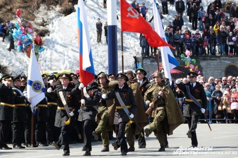 В параде Победы на главной площади краевого центра приняли участие около 1000 человек.