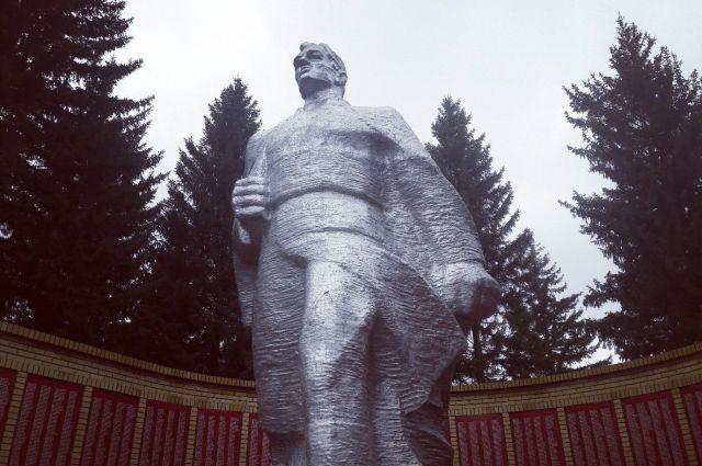 Памятник воину-освободителю - центральная фигура мемориала.