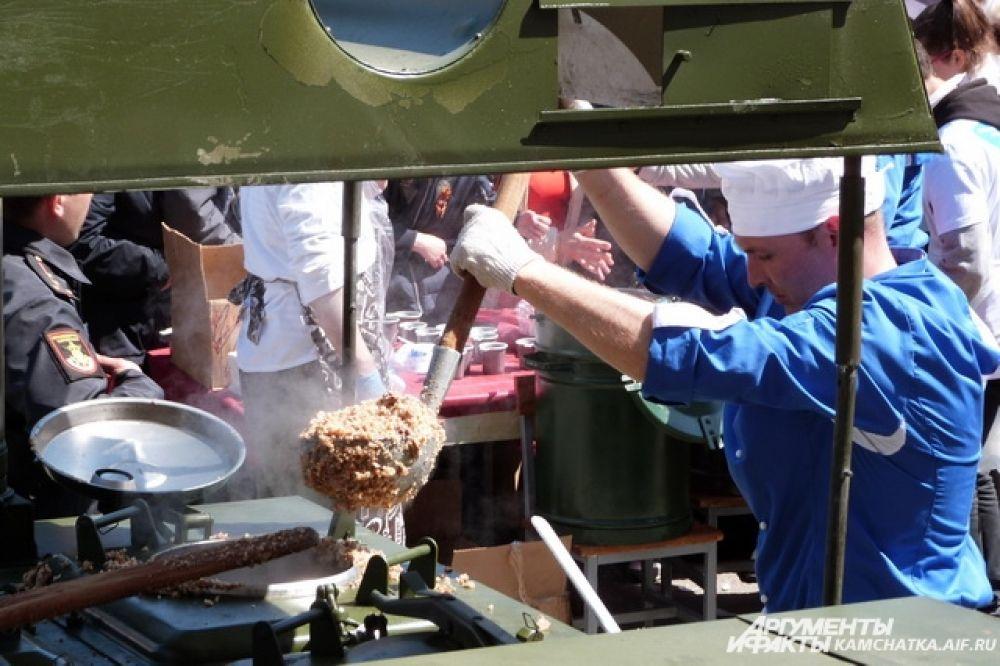 Попробовать солдатскую кашу можно было на 6 полевых кухнях.