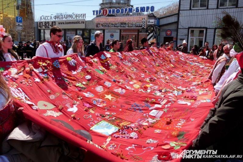 «Знамя Победы» несли представители различных национальных диаспор, проживающих на Камчатке.