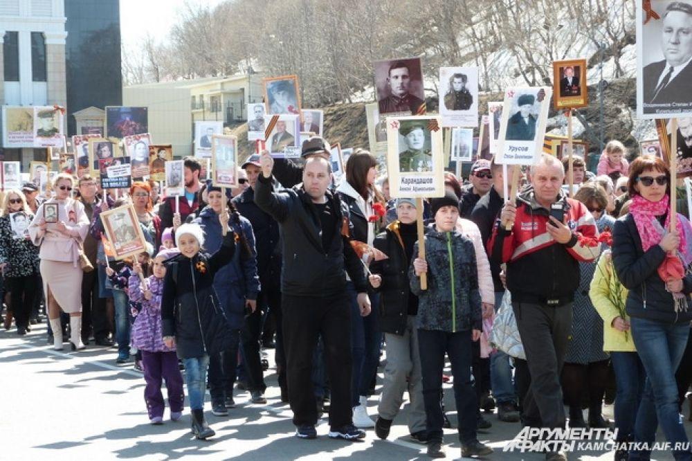 С портретами родных по площади прошли 25 тысяч человек.