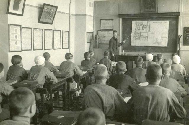Безнадзорных подростков отправляли учиться в ФЗУ особого типа.