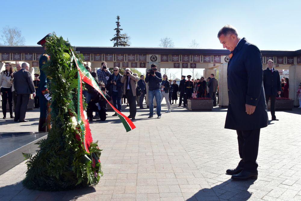 Рустам Минниханов утром 9 Мая отправился в Парк Победы, где возложил цветы к Вечному огню.