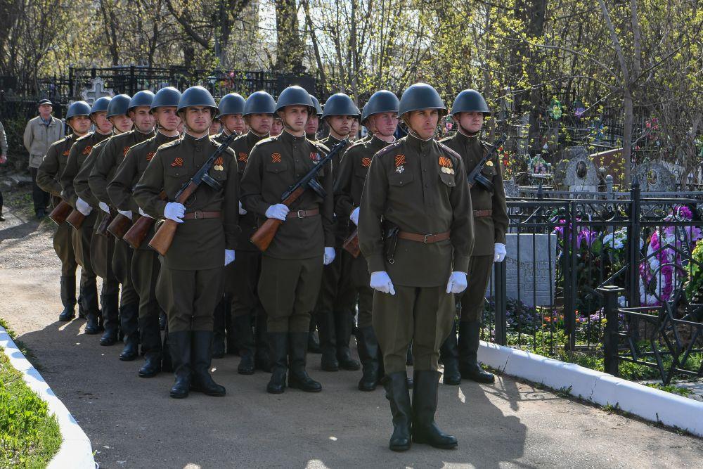 Церемония возложения цветов на Арском кладбище.