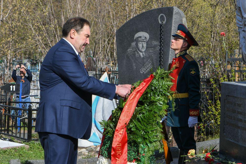 Премьер-министр Татарстана Алексей Песошин возложил цветы на Военном мемориале Арского кладбища Казани.
