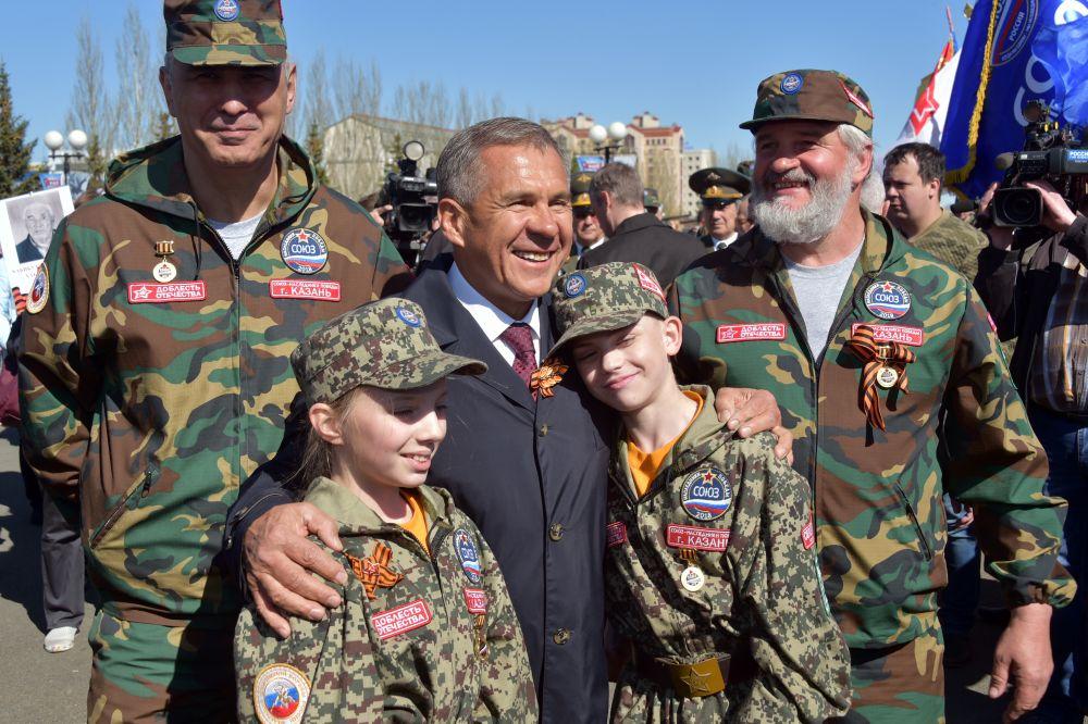 Рустам Минниханов в Парке Победы с юными защитниками Отечества.