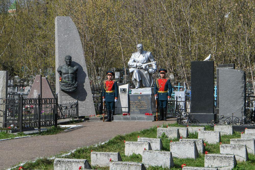 Утром 9 Мая в Казани состоялось возложение цветов к монументам «Солдат-победитель» и «Скорбящий солдат»