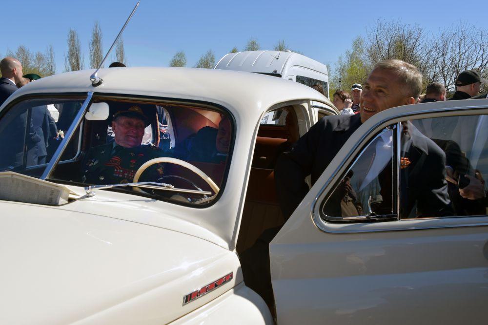 Президент Татарстана прокатился вместе с единственным в Татарстане Героем Советского Союза Борисом Кузнецовым.