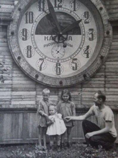 Светлана Лазебная, обозреватель «АиФ-Юг»: Иннокентий Алексеевич Якимов, мой дедушка. (1915 - 1992). Доброволец, Победу встретил в Берлине. На войне был водителем. Гонял полуторки и легендарную «Катюшу». Бог его хранил, ни разу не был ранен. После войны построил в огороде часы. В полдень они исполняли любимую песню. «Катюшу». На фото он с дочерьми. Кроха в белом - моя мама.