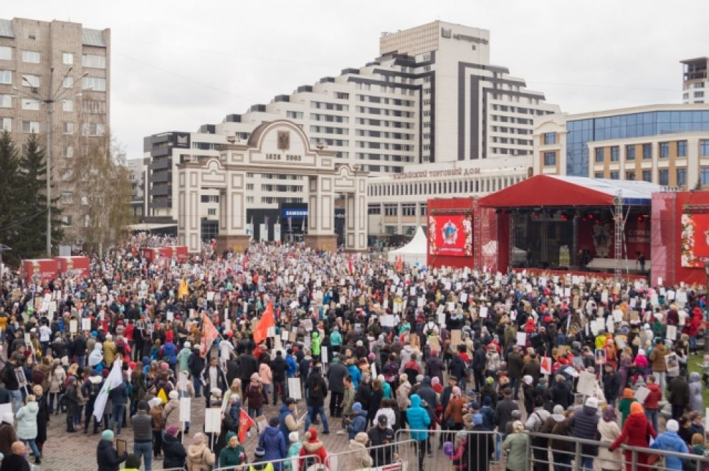 Закончилось шествие праздничным концертом.