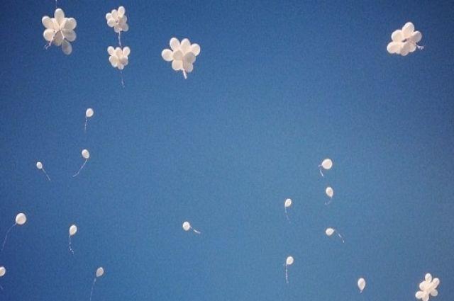 В память о погибших солдатах и из чувства признательности к ветеранам и труженикам тыла ямальцы выпустили в небо тысячи белых шаров.