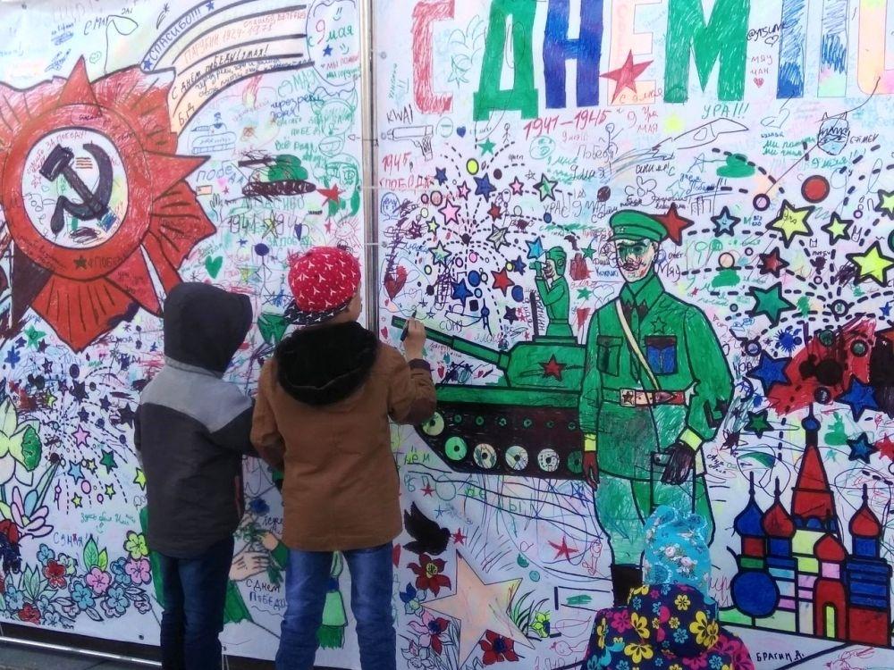 Дети рисуют праздничные плакаты