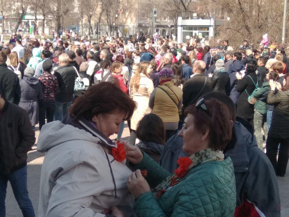 В День Победы тюменцы и гости города дарят ленточки друг другу