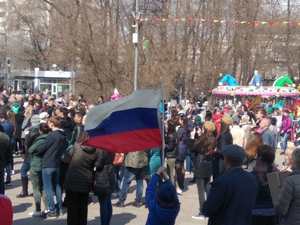 """На Цветном бульваре все подпевают выступающим на сцене - звучит песня """"День Победы"""""""