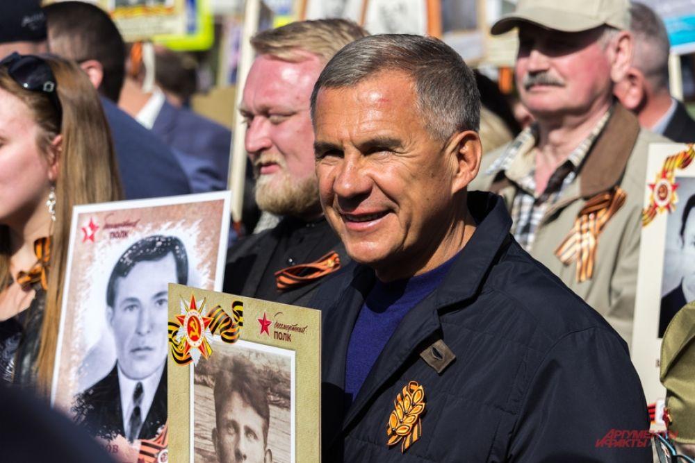 Рустам Минниханов прошел с портретом дяди, погибшего в молодости в битве под Москвой.