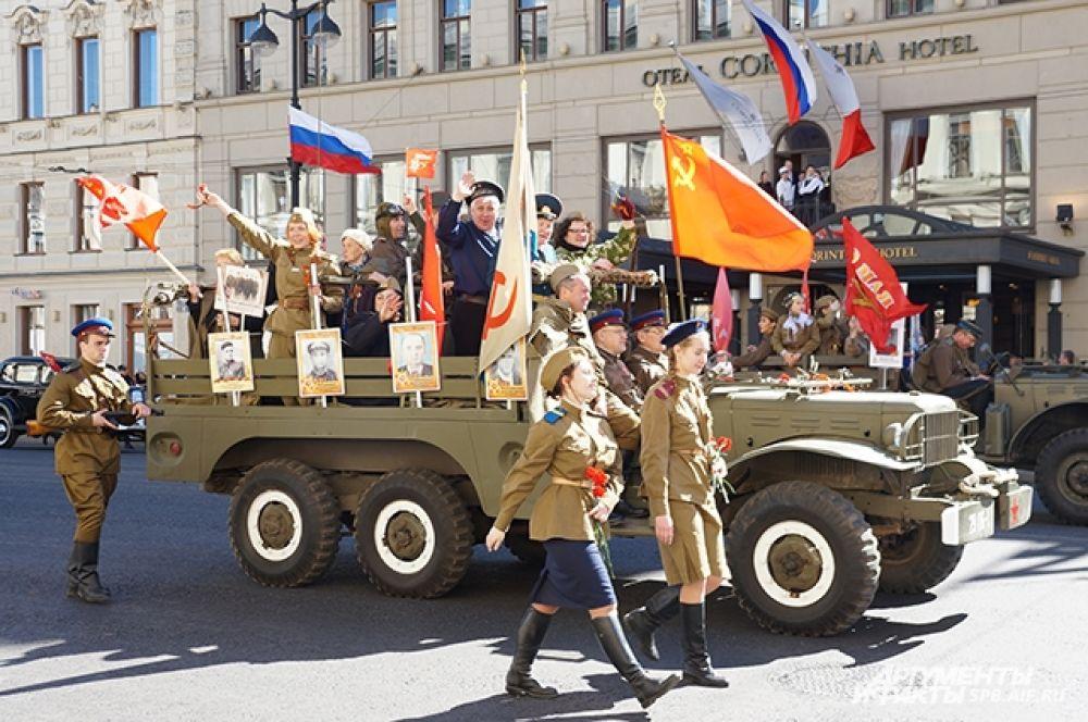 К Дворцовой площади провезли ветеранов и детей войны.