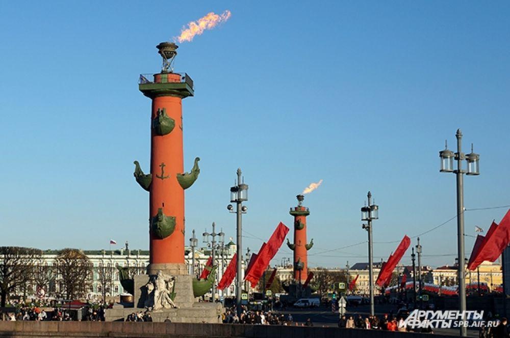 В честь 9 мая зажгли Ростральные колонны.