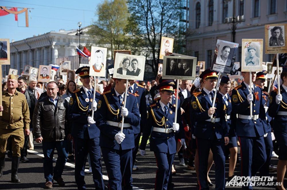 """Акция """"Бессмертный полк"""" уже стала для петербуржцев традицией на 9 мая."""