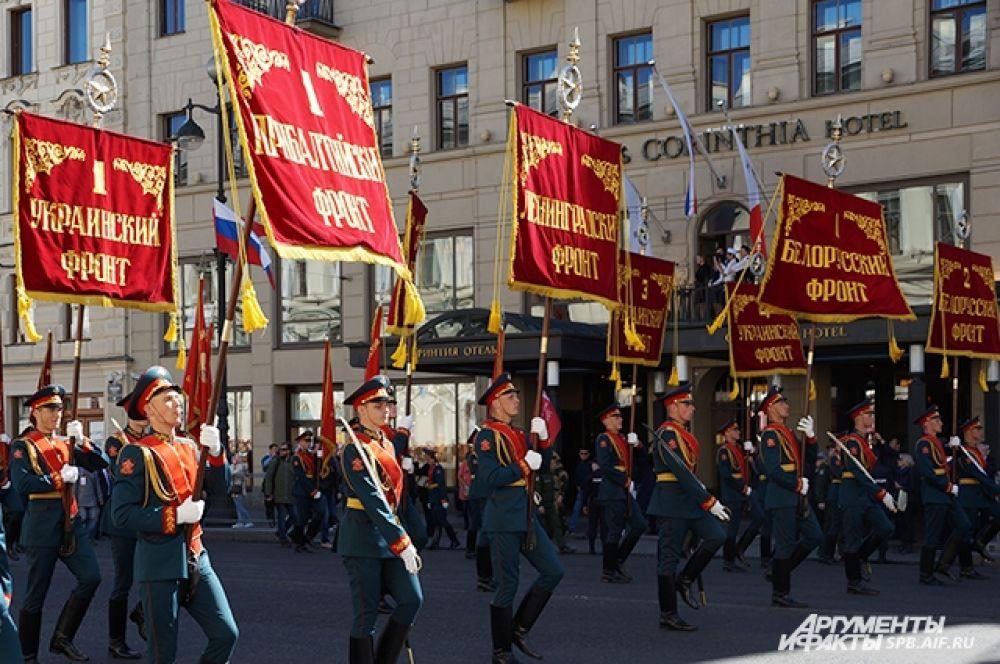По Невскому пронесли знамена войск.
