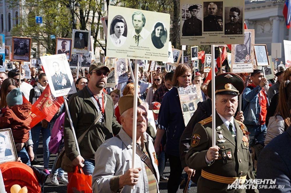 Петербуржцы пронесли по центру города портреты воевавших родственников.