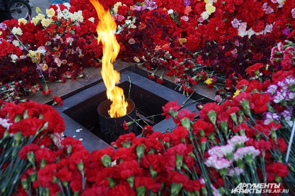 Петербуржцы возложили цветы к Вечному огню.