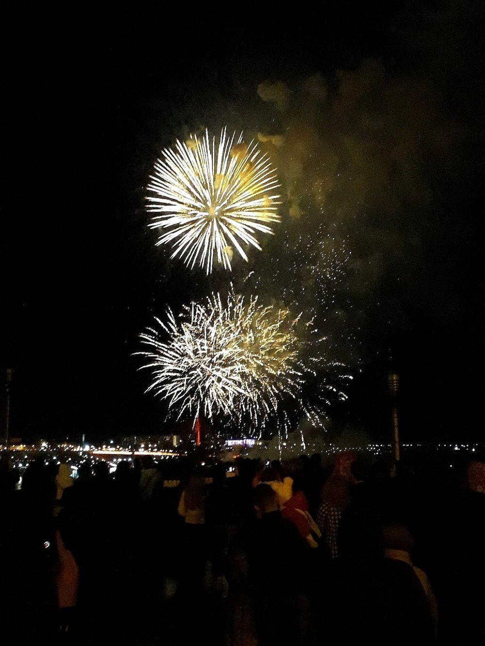 На праздничный салют пришли тысячи тюменцев и гостей города