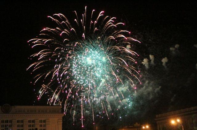 В Кемерове состоялся праздничный салют в честь Дня Победы.
