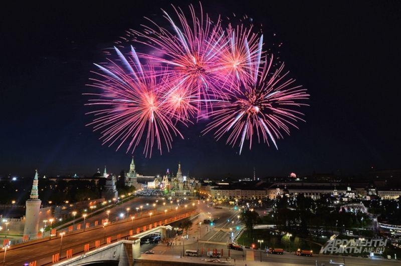Праздничный салют в честь Дня Победы. Вид из отеля «Балчуг».
