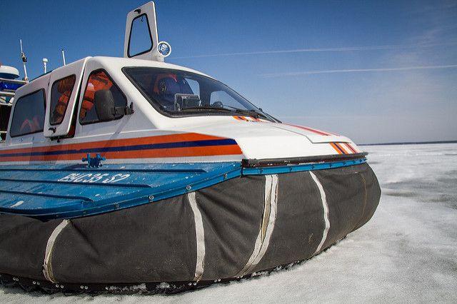 На ледовую переправу Салехард – Лабытнанги вышли воздушные подушки. Место посадки со стороны Лабытнанги находится в отдалении от тёплого павильона, поэтому для удобства пассажиров микроавтобус бесплатно подвозит людей к «подушке».