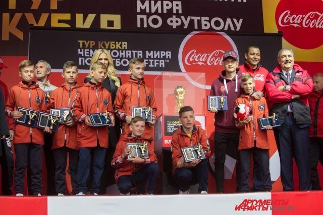 Юные чемпионы России по футболу рядом с Кубком мира.