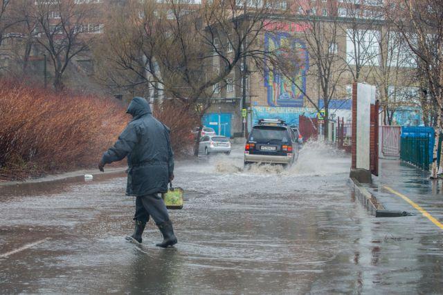 После циклона дороги и тротуары Владивостока становятся полноводными реками.