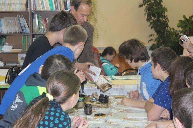 Мастер-класс по рисованию нефтью для учеников интерната №15 в октябре прошлого года.