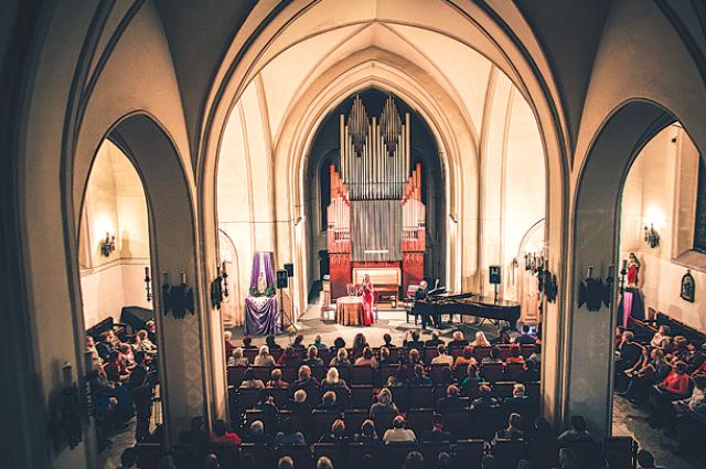 В костеле проходит и концерты, и мессы.