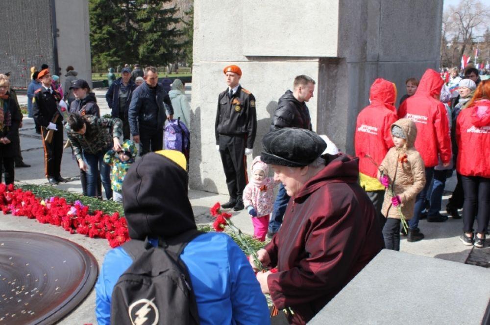 """Кроме того, на монументе корреспонденты редакции пообщались с горожанами - участниками акции """"Бессмертный полк""""."""