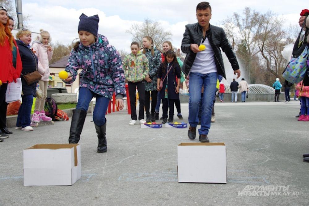 Дети вспоминали военные песни. отгадывали загадки, показали меткость и мастерство в командных соревнованиях и эстафетах.