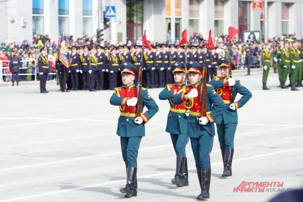 В 10 часов утра на площади имени Ленина прошел военный парад войск Сибирского гарнизона.