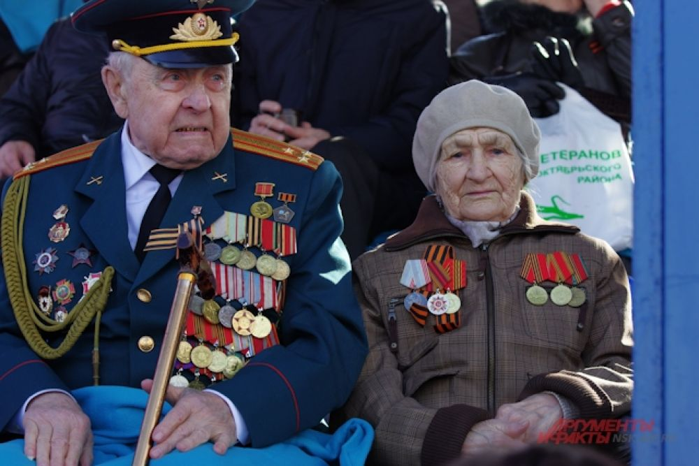 Для почетных зрителей военного парада – ветеранов, установили трибуны на площади Ленина.