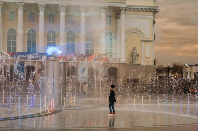 В Тюмени на площади возле драмтеатра запустили необычный фонтан