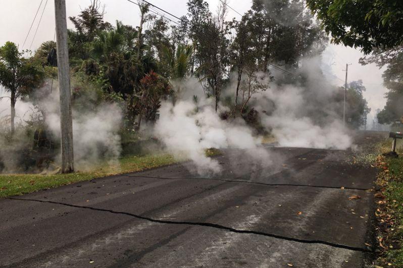 Cпасатели выявили не менее девяти вулканических трещин, из которых извергается лава и выходят ядовитые газы.