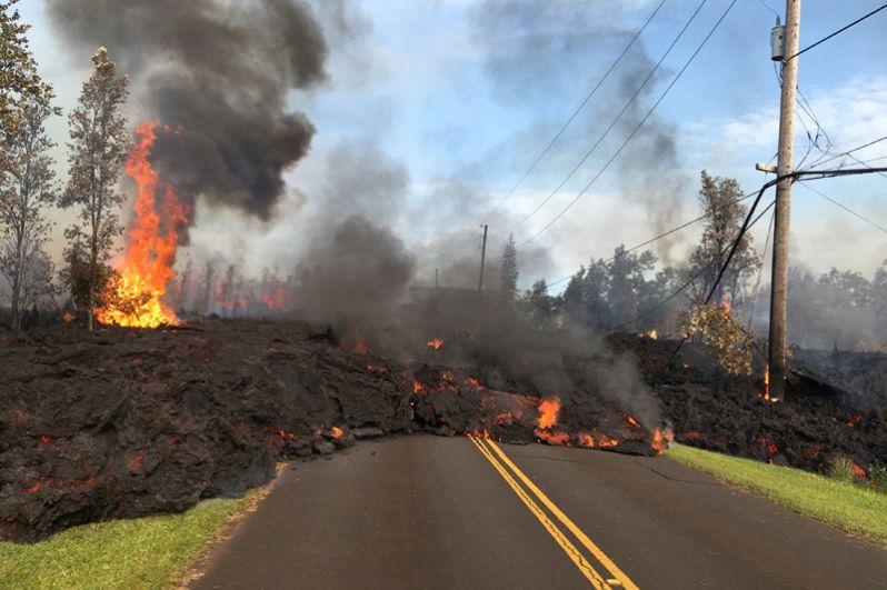 Дороги на острове перекрыты из-за образовавшихся трещин.