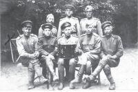 Мирон Медведев крайний слева в нижнем ряду.