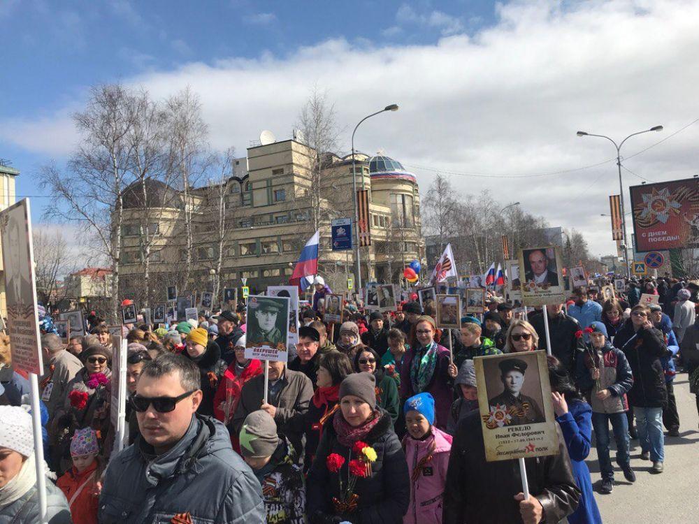 После Парада по улице Мира прошел «Бессмертный полк». Около 13 000 хантымансийцев приняли в нем участие