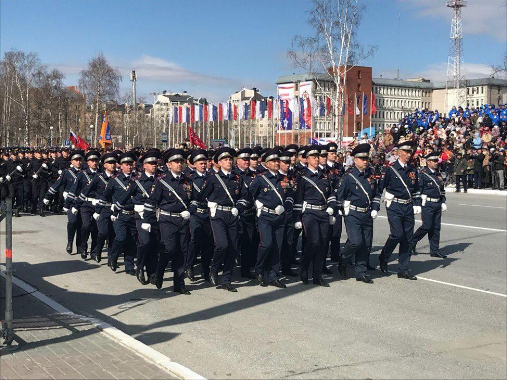По улице Мира около КТЦ «Югра-Классик» прошли 15 парадных «коробок».