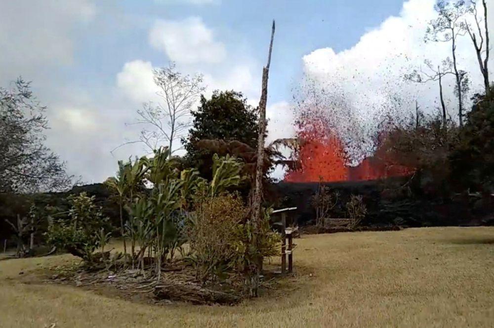 Потоки лавы разрушили строения в восточной части острова. Количество пострадавших домов пожарная охрана штата выяснила, проведя разведку с воздуха.