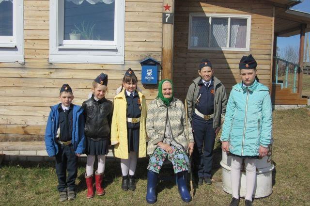 Ребята из деревни Фроловская Красноборского района. Звезда на доме ветерана прибита, фото на память.