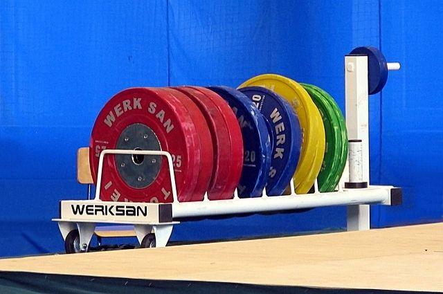 Ямальский спортсмен тренируется в культурно-спортивном комплексе «Уренгоец» поселка Уренгой Пуровского района.